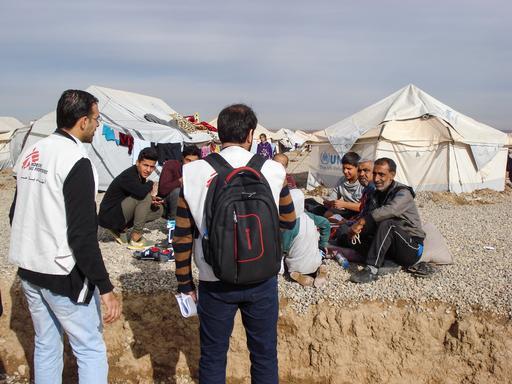 Profissionais de MSF com população internamente deslocada (Foto : Brigitte Breuillac / MSF)