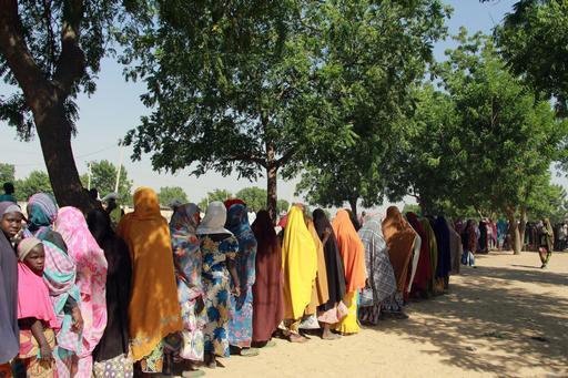 Famílias durante distribuição de alimentos conduzida por MSF em Maiduguri, na Nigéria (Foto : Malik Samuel / MSF)