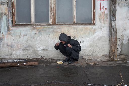 Jovem em prédio abandonado e usado como abrigo por refugiados em Belgrado, na Sérvia (Foto: Marko Drobnjakovic / MSF)
