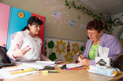 Elena Pylaeva com a paciente ucraniana Tatiana Ivanovna (Foto: Maurice Ressel / MSF)
