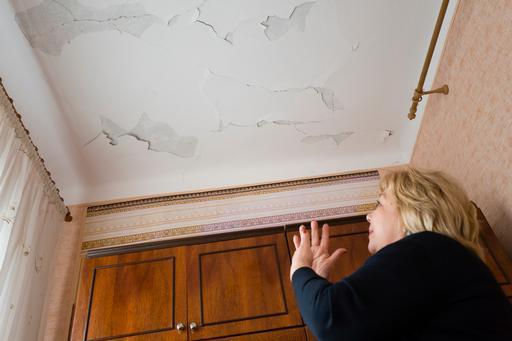 Valentina mostra como o bombardeio que ocorreu próximo a sua residência em 2015 danificou sua casa (Foto: Maurice Ressel)