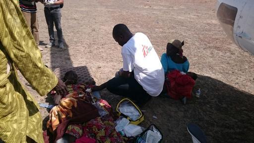 Dr. Mohammed durante evacuação de pacientes (Foto: Mohammed Musoke / MSF)
