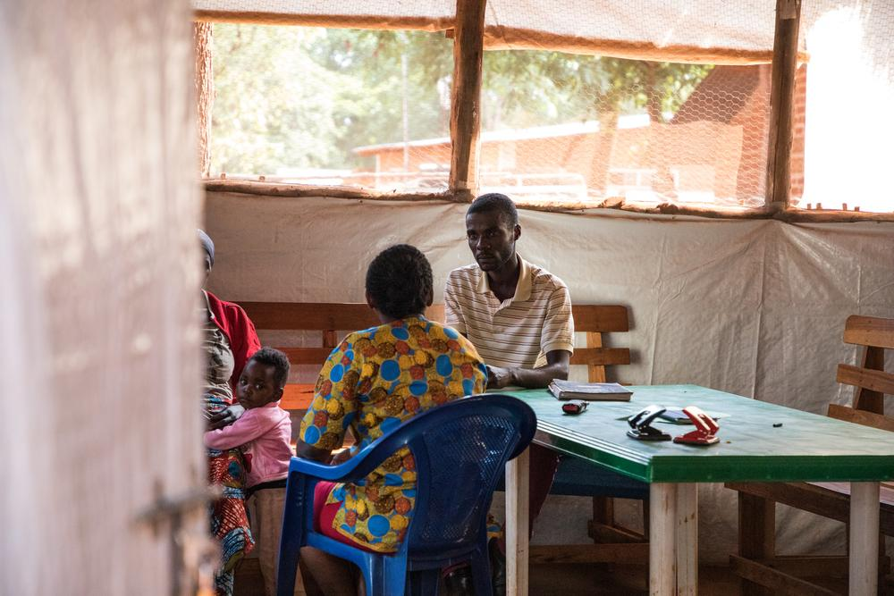 Consulta de saúde mental em hospital de MSF no campo de refugiados em Nduta, na Tanzânia.