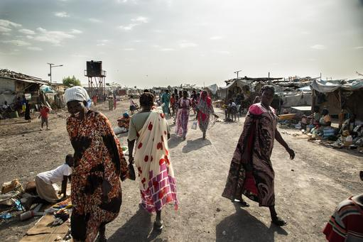 As mulheres caminham na cidade de Malakal, Sudão do Sul (Foto: Igor G. Barbero/MSF)