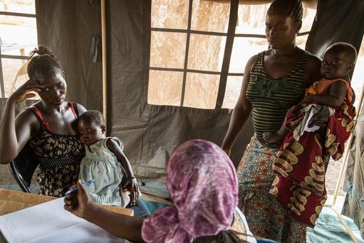 Mulheres com filhos conversam com a parteira de MSF, Bibi Seiba, durante uma clínica móvel na cidade de Yambio, Sudão do Sul (Foto: Igor G. Barbero/MSF)