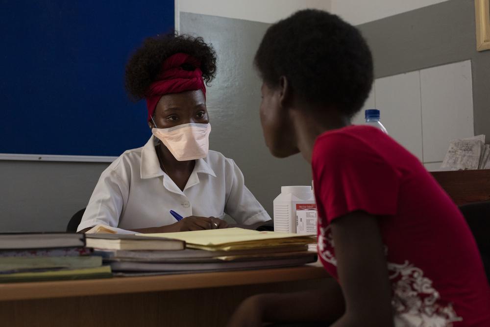 Uma consulta com uma pessoa com HIV em 9 de abril, o primeiro dia da reabertura total do programa de HIV de MSF no centro de saúde de Munhava após o ciclone Idai ter atingido Beira. © Pablo Garrigos/MSF