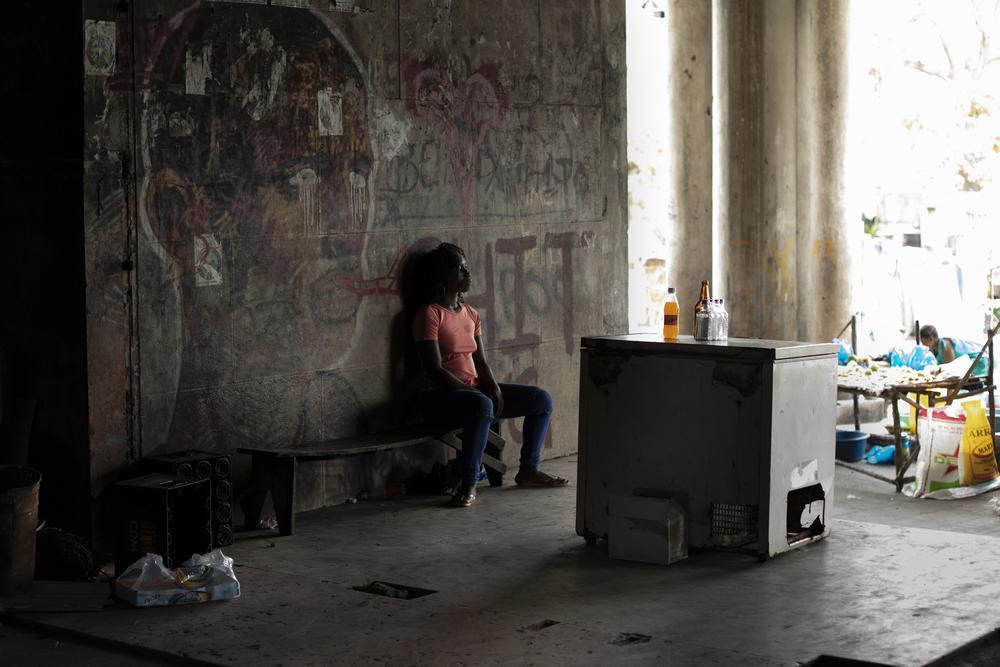 A entrada do Grande Hotel em Beira, um antigo hotel de luxo que se tornou a maior comunidade de favelas de Beira, lar de alguns dos pacientes de MSF vivendo com HIV, e um local chave para a equipe de MSF fornecer educação em saúde © Pablo Garrigos/MSF