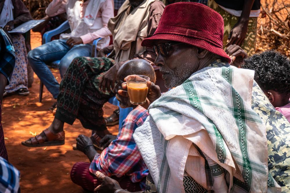 Chá preto com leite de camelo é o centro de qualquer reunião social somali. Foto: Susanne Doettling/MSF