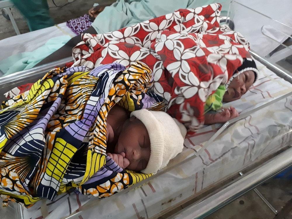 bebês na maternidade na Nigéria
