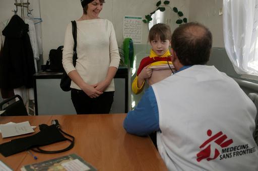 Médico de MSF examina paciente em centro de saúde em Donetsk, onde MSF administrava clínica móvel