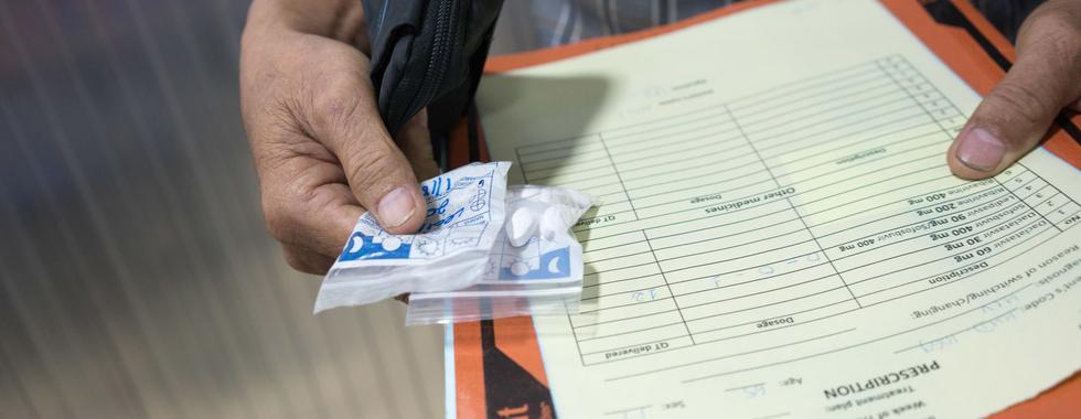 Paciente com medicamentos em projeto de hepatite C mantido por MSF no Camboja