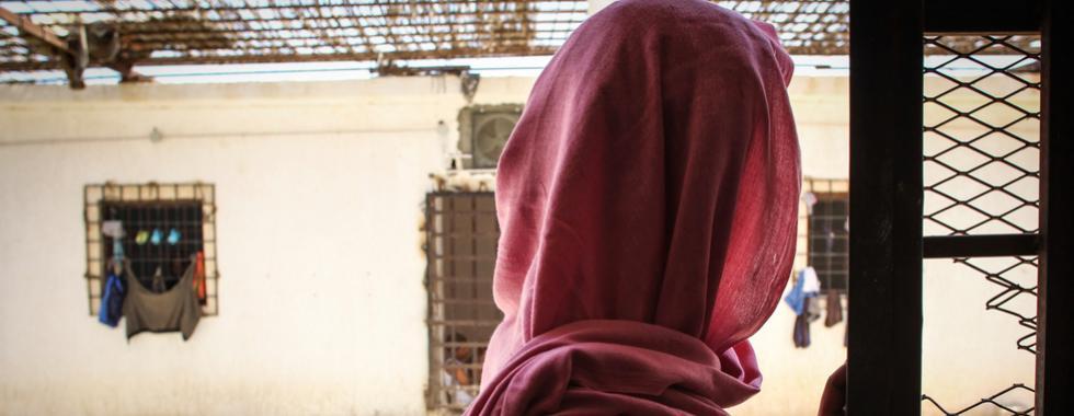 Refugiados e migrantes resgatados pelo navio Nivin ainda estão em risco na Líbia
