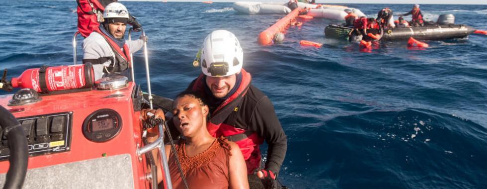 Mediterrâneo: governos europeus estão impedindo operações de busca e resgate e devolvendo pessoas à Líbia