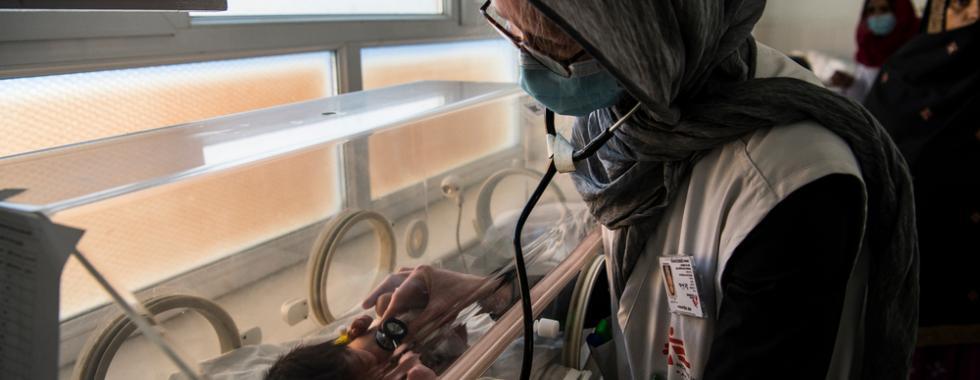 Afeganistão: população ainda luta para ter acesso a cuidados médicos básicos e de emergência