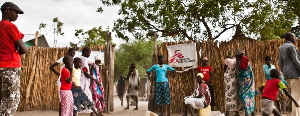 """""""Ela está olhando para mim... ela está viva"""": a bebê prematura que superou todas as expectativas no Sudão do Sul"""