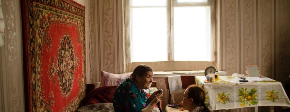 Profissional de MSF com Sofia, paciente de 91 anos.