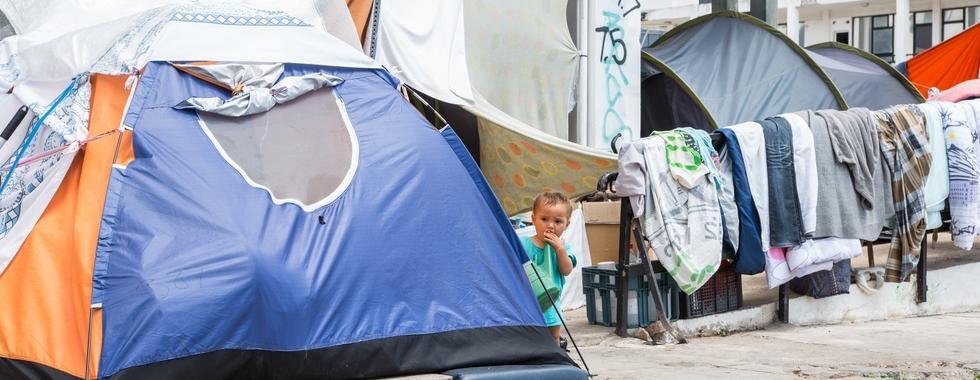Criança na barraca de sua família, no terminal do antigo aeroporto de Elliniko, que agora abriga mais de 1.300 refugiados.