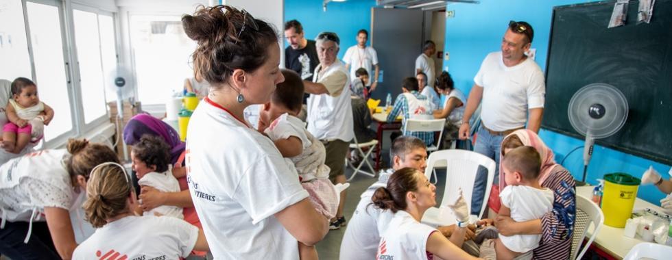 Campanha de vacinação infantil realizada por MSF junto com autoridades gregas de saúde.