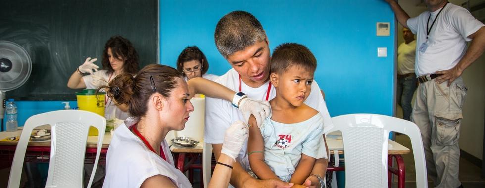 Para as crianças, a vacinação não é só uma questão de saúde, mas também de reintegração: as imunizações são obrigatórias para garantir a matrícula em escolas.