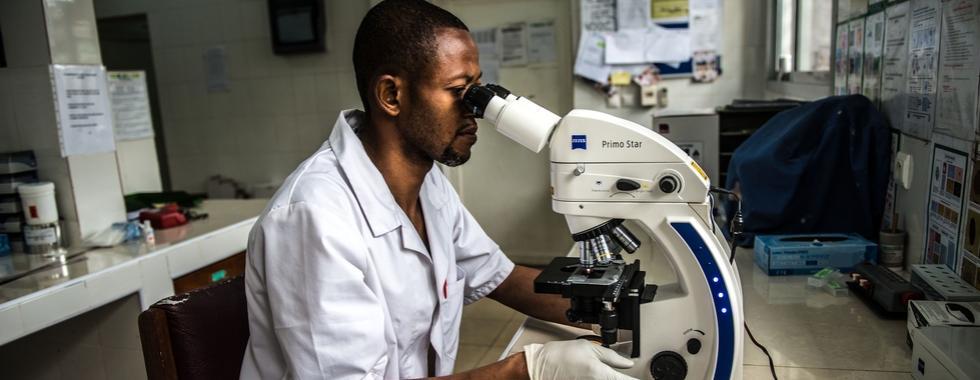 """A busca por uma """"vacina para todos"""" destaca a importância da coordenação e transparência em pesquisa e desenvolvimento para COVID-19"""