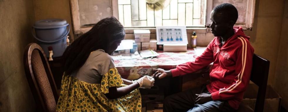 Oferecendo assistência de forma diferente para alcançar pessoas com HIV na África Ocidental e Central