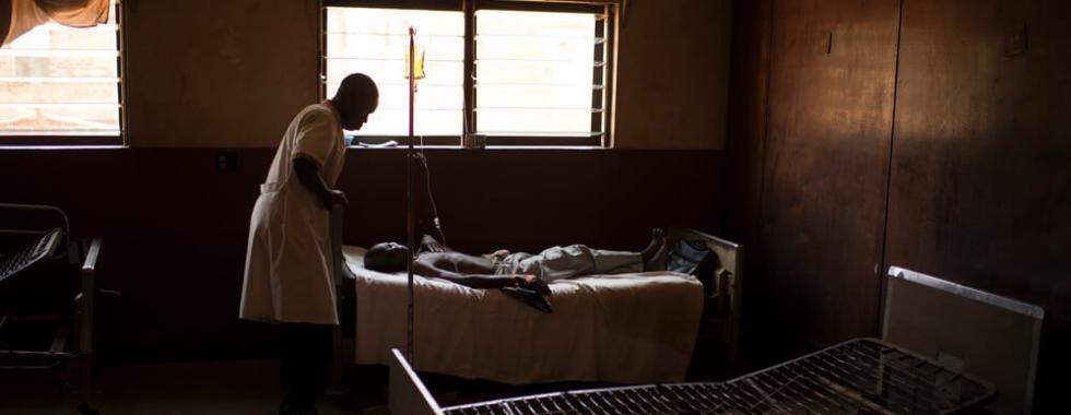 Um médico examina um paciente em Centro apoiado por MSF na República Centro-africana.