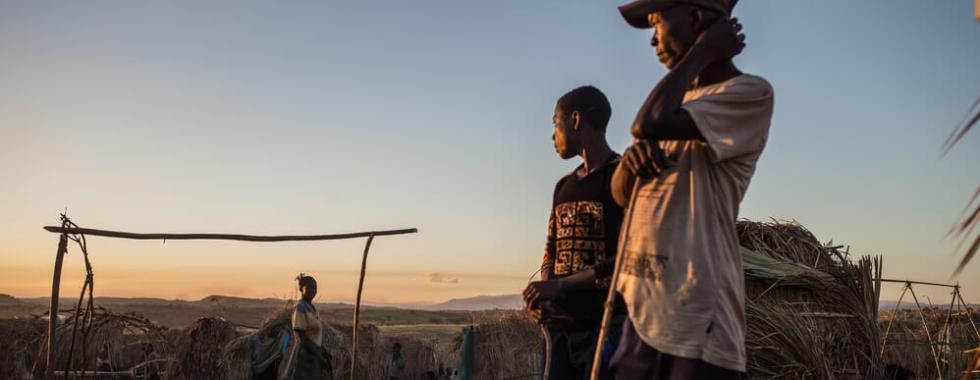 Homens deslocados por combates intercomunitários construíram um abrigo no campo de Mukuku na República Democrática do Congo