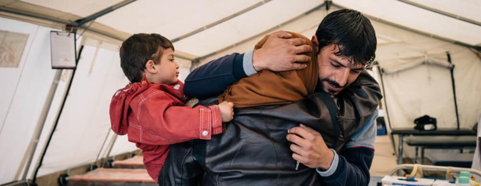Um irmão e uma irmã se reencontraram no centro de trauma de MSF ao sul de Mossul