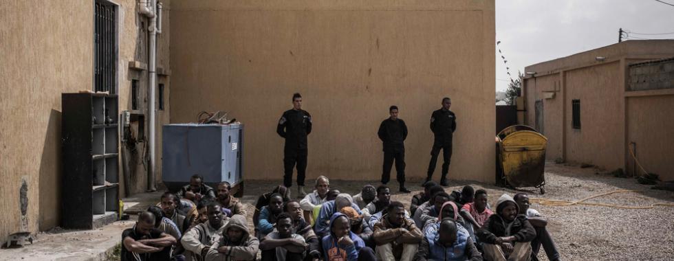 Milhares de migrantes e refugiados são detidos em violentas prisões em massa em Trípoli, Líbia