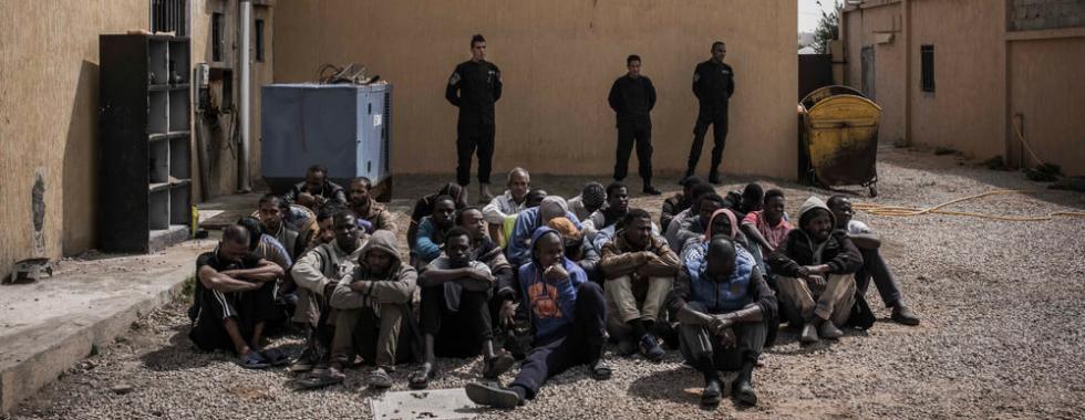 Homens detidos no centro de detenção Janzour, nos arredores de Trípoli, Líbia