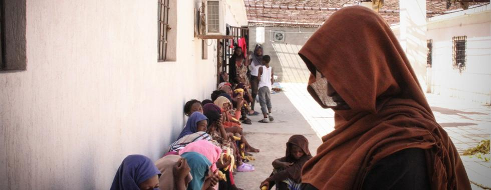 Líbia: agravamento dos combates força milhares de famílias a fugir e encurrala refugiados e migrantes detidos