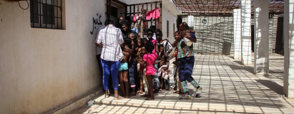Migrantes e refugiados devolvidos à Líbia vivem em centros de detenção superlotados