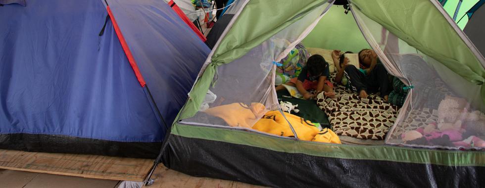 """Vidas em perigo: os impactos humanitários da política """"Fique no México"""""""
