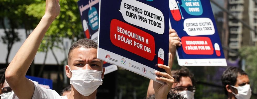 Johnson & Johnson reduz preço de medicamento contra tuberculose, mas governos precisam ampliar o acesso ao melhor tratamento