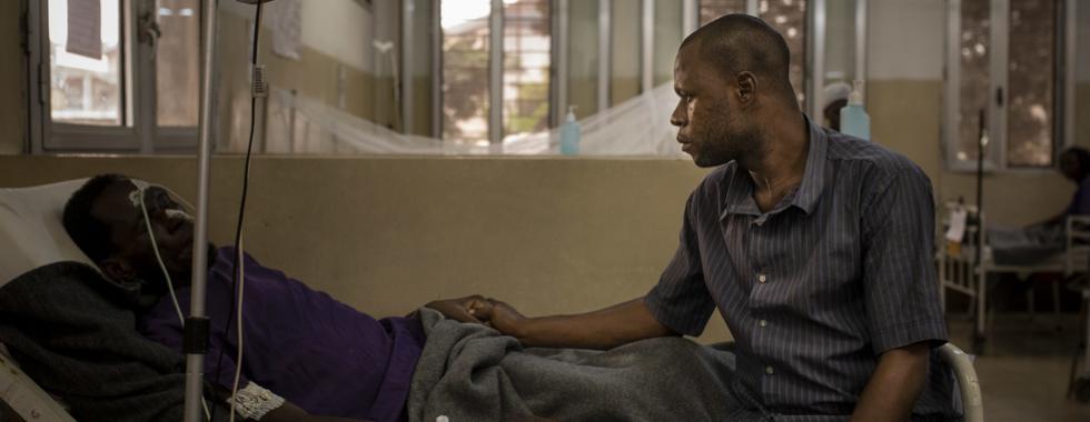 """Em Kinshasa, pessoas que vivem com HIV esperam até a """"beira da morte"""" para receber tratamento"""