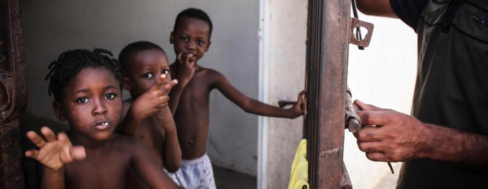 Naufrágio mata mais de 100 na costa da Líbia e sobreviventes são detidos