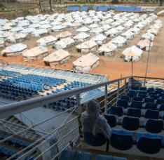 Campo de estádio de baseball, onde mais de 900 pessoas estão vivendo em tendas desde fevereiro.