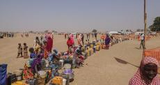Nada para beber e nenhum lugar para dormir para milhares que fugiram da Nigéria