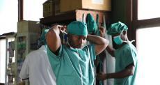 Médico de MSF José Mbuta se arrumando antes de entrar na sala de cirurgia do Hospital Geral de Referência de Popokabaka. Foto por: Franck Ngonga