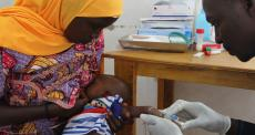 Profissional no laboratório de testes de Maradi, no Níger (Foto: Séverine Bonnet / MSF)