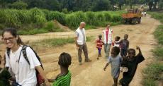 Serra Leoa: o caminho de mãos dadas com as crianças