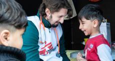 Grécia: MSF vacina pequenos refugiados contra pneumonia por 9 dólares por criança