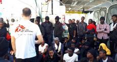 Navio Aquarius chega ao porto de Valência com pessoas resgatadas no mar
